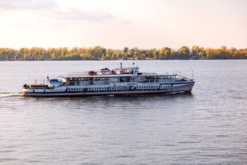 Navigazione della nave da crociera del fiume sul fiume Volga immagini stock