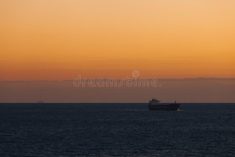 Navigazione della nave nel mar Mediterraneo al tramonto fotografia stock libera da diritti