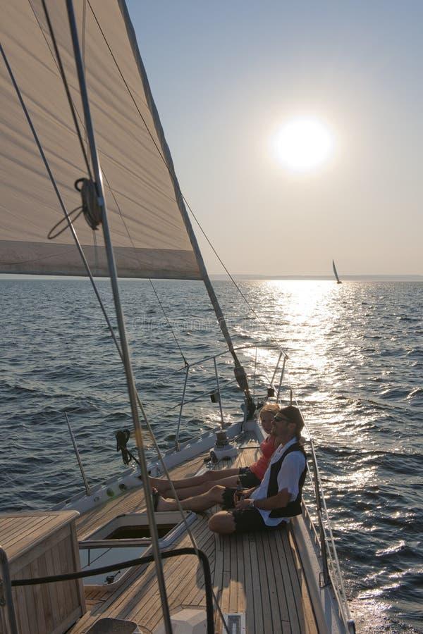Navigazione delle coppie sull'yacht immagini stock libere da diritti