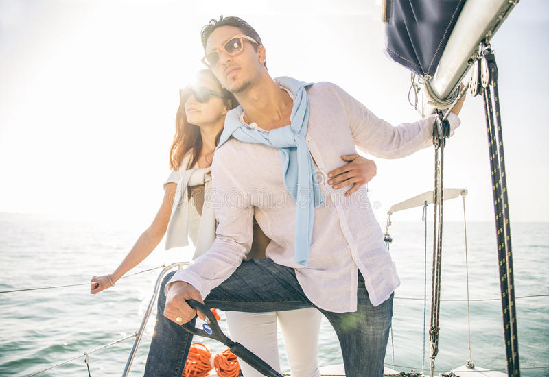 Navigazione delle coppie sulla barca fotografia stock libera da diritti