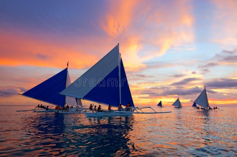 Navigazione di tramonto a Boracay, Filippine fotografia stock libera da diritti
