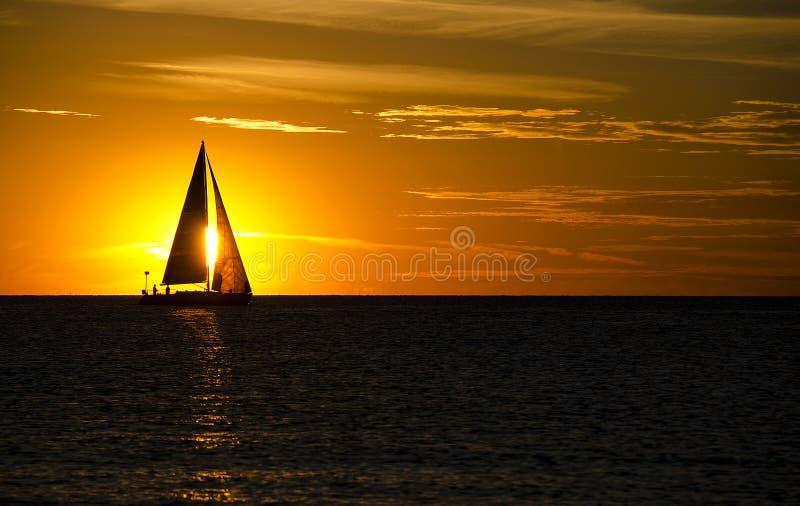 Navigazione di tramonto sul lago Michigan immagine stock libera da diritti