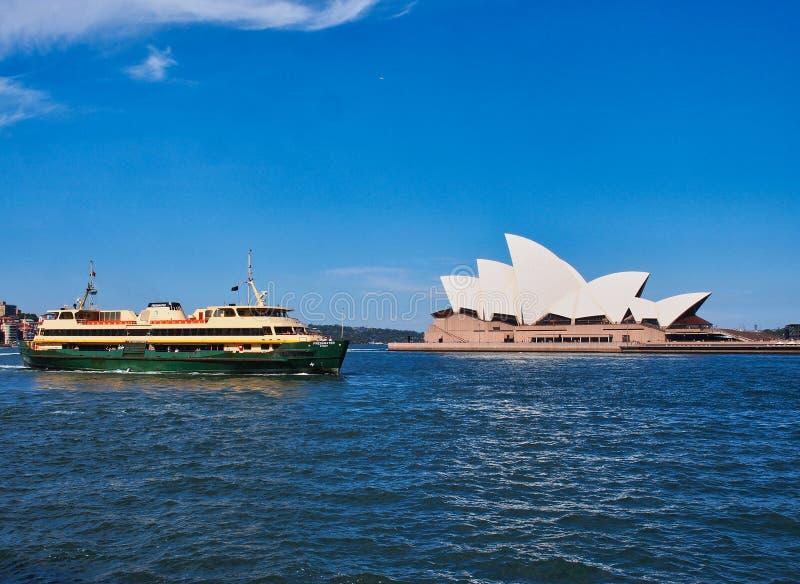 Navigazione dopo il teatro dell'opera, Australia del traghetto del porto di Sydney immagini stock libere da diritti