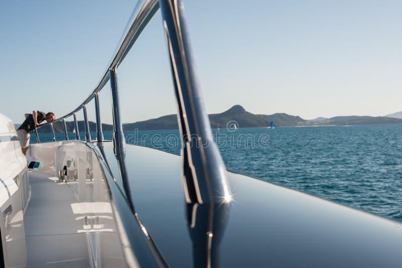 Navigazione eccellente dell'yacht di Quantum a Hamilton Island fotografia stock libera da diritti