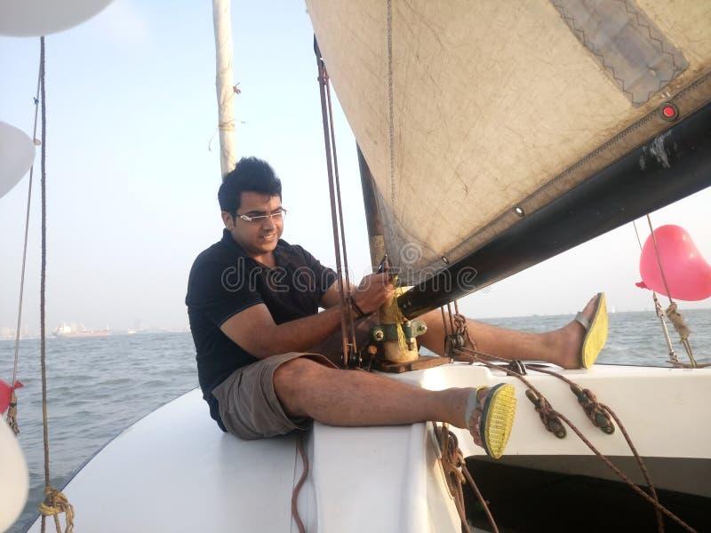 Navigazione felice dell'uomo in barca immagini stock libere da diritti
