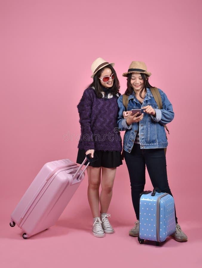 Navigazione in Internet mobile, donne asiatiche del viaggiatore che usando applicazione del navigatore della mappa di viaggio immagini stock