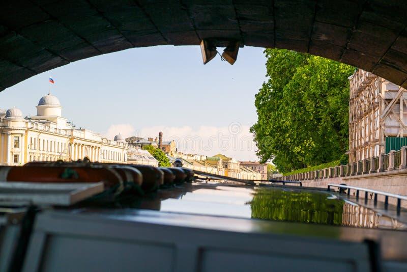 Navigazione sotto il ponte di pietra fotografia stock