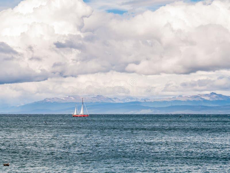 Navigazione sul Manica del cane da lepre, vista della barca a vela nel Cile da Ushuaia fotografie stock