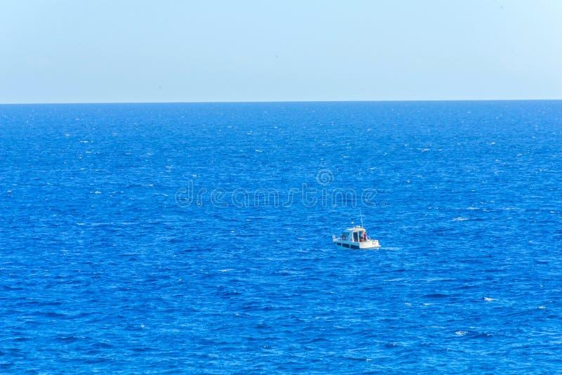Navigazione sul mare, crociera calma del motoscafo sull'acqua blu immagini stock libere da diritti