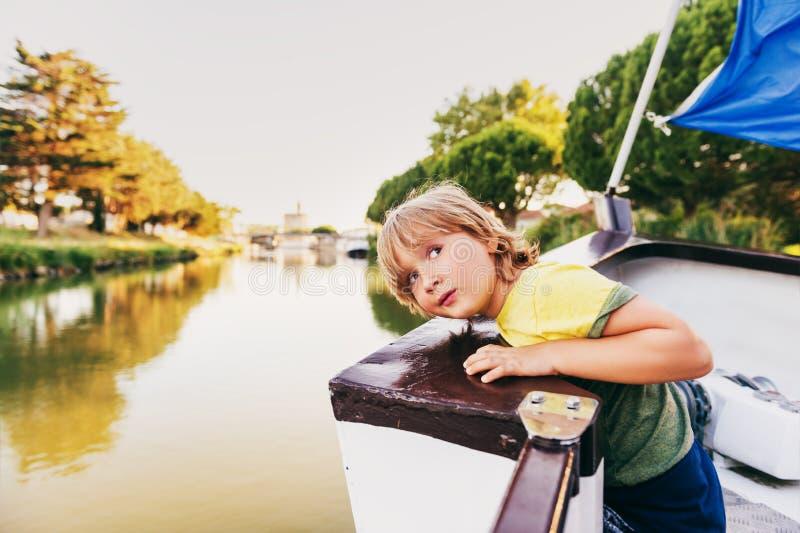 Navigazione sveglia del ragazzino sulla barca fotografia stock libera da diritti