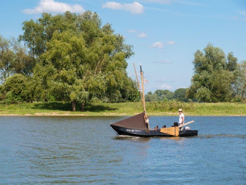 Navigazione tradizionale della barca su Afgedamde Mosa vicino a Woudrichem, Neth fotografie stock