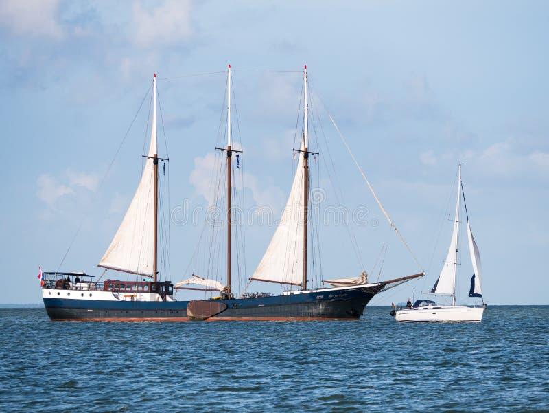 Navigazione tradizionale della nave di navigazione vicino alla barca a vela piccola sul LAK fotografie stock libere da diritti