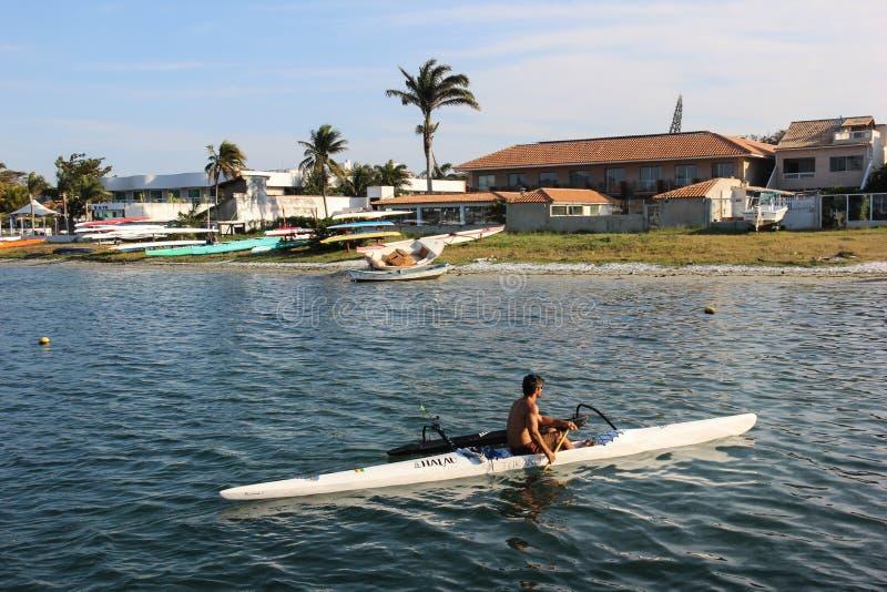 Navigera på den hawaianska kanoten royaltyfri bild