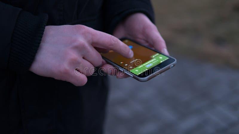 Navigera staden genom att använda en mobil webbläsare närbild av händer av européer som använder telefonen grund fokus fotografering för bildbyråer