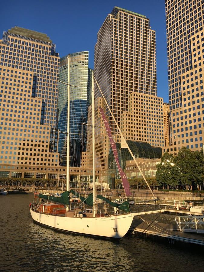 Navighi la nave davanti alla linea Manhattan, New York del cielo fotografia stock