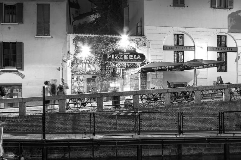 Navigli, de stad van Milaan, de mening van de de zomernacht De Zwart-witte foto van Peking, China stock foto's