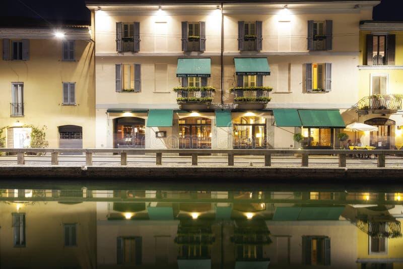 Navigli, de stad van Milaan, de mening van de de zomernacht Het beeld van de kleur stock foto's
