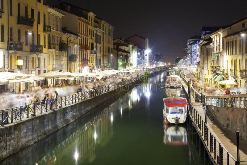 Navigli, de stad van Milaan, de mening van de de zomernacht Het beeld van de kleur stock afbeelding