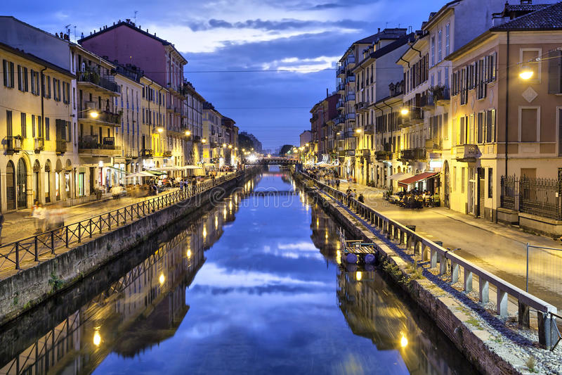 Naviglio stor kanal i aftonen, Milan royaltyfri fotografi