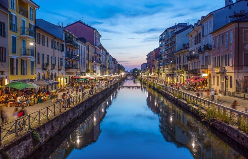 Naviglio stor kanal i aftonen, Milan, Italien arkivfoton