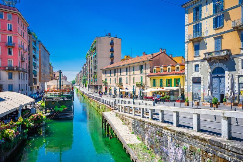 Naviglio storslagen kanal i Milan royaltyfria bilder