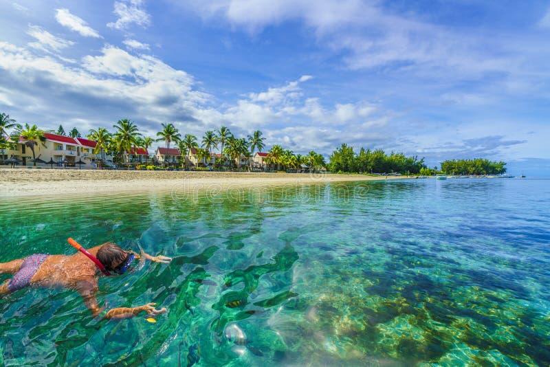 Naviguant au schnorchel sur l'île des Îles Maurice, l'Afrique Plage de chiquenaude et de flac, baie de Tamarin photographie stock