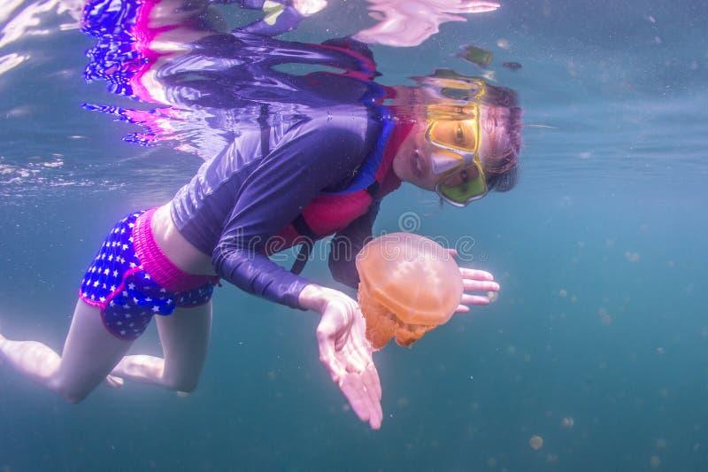 Naviguer au schnorchel dans les méduses