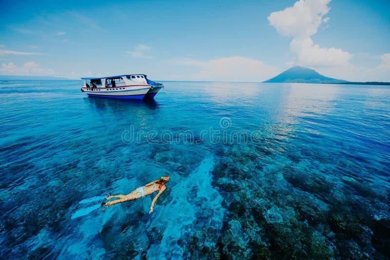 Naviguer au schnorchel en mer bleue près de bâti de Krakatau images stock
