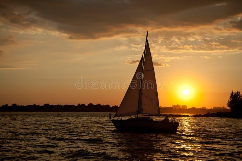Naviguez dans le coucher du soleil photo stock