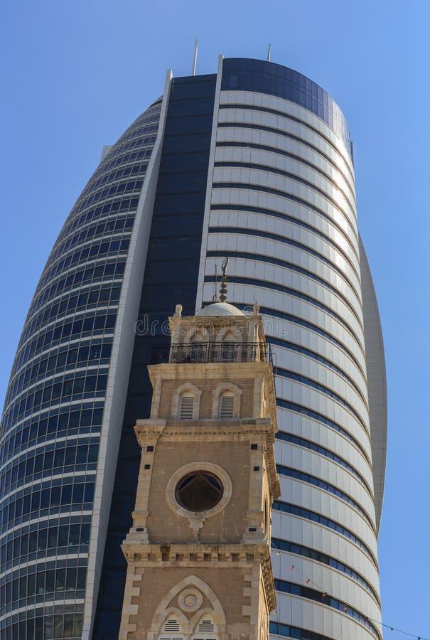 Naviguez la tour avec la vieille cathédrale, en centre ville, baie de Haïfa images libres de droits