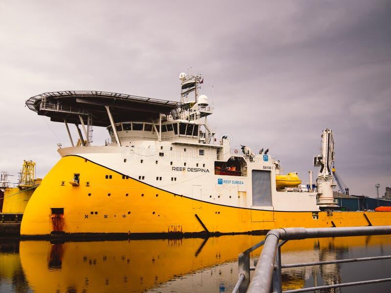 Navio à espera da segurança da embarcação a pouca distância do mar fotografia de stock royalty free