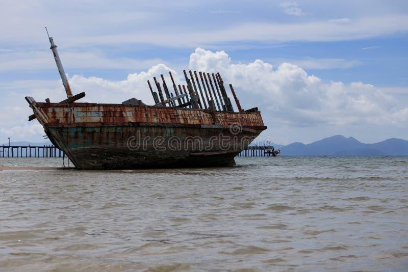 Navio abandonado com céu azul imagem de stock royalty free