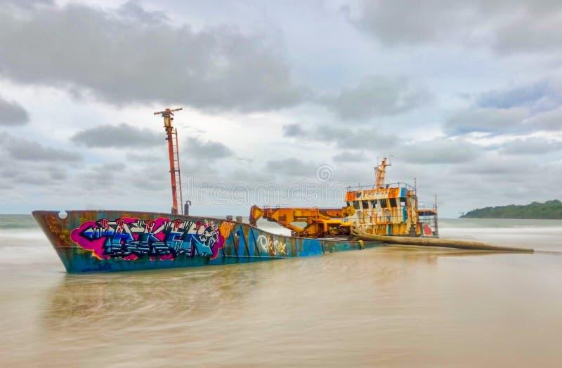Navio abandonado de terra na praia imagens de stock