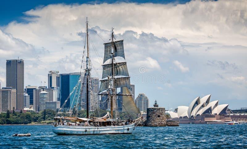 Navio alto com Sydney Opera House no fundo imagens de stock royalty free