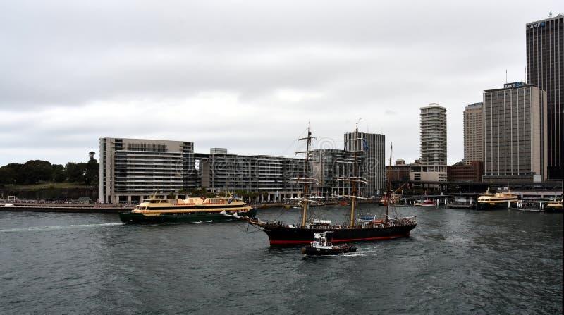 Navio alto de James Craig e balsa viril que navegam para fora fotos de stock royalty free