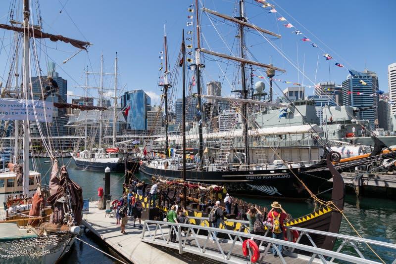 Navio alto e Viking Long Boat amarrados em Darling Harbour Sydney imagem de stock