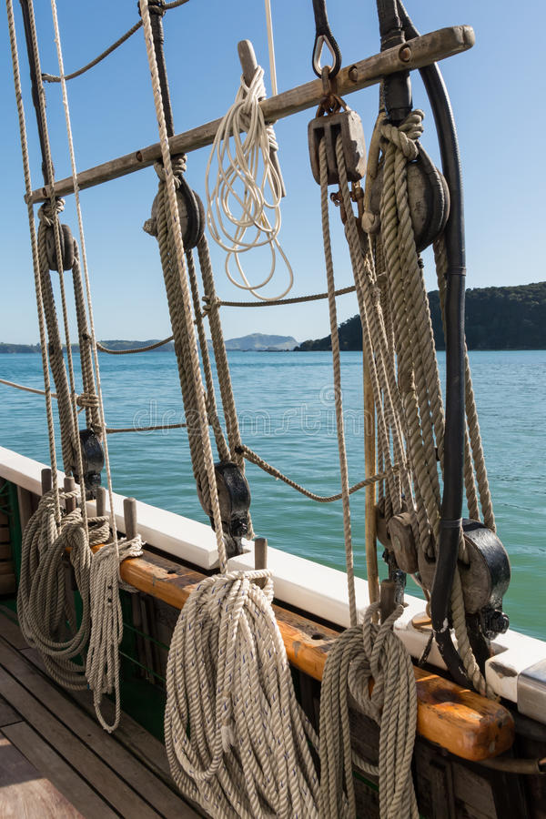Navio alto na baía das ilhas imagens de stock royalty free