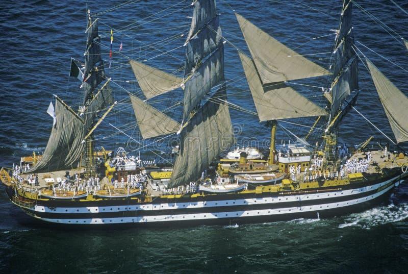 navio 100 alto que navega abaixo de Hudson River durante a celebração de 100 anos para a estátua da liberdade, o 4 de julho de 19 fotografia de stock royalty free
