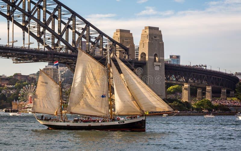 Navio alto Tecla que passa sob Sydney Harbour Bridge fotografia de stock