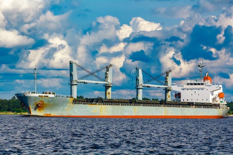 Navio cinzento do bulker imagem de stock