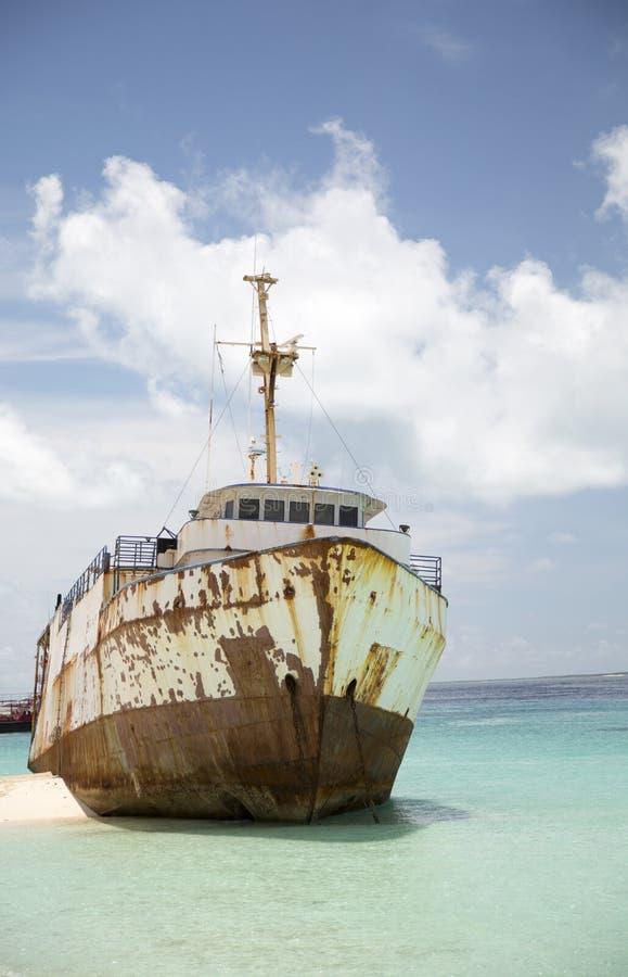 Navio da destruição na praia do Bahamas imagem de stock