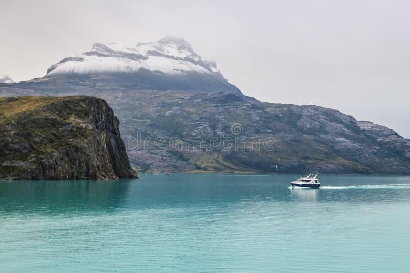Navio da excursão de Argentina no lago Argentino, Patagonia, Argentina EL Calafate fotografia de stock