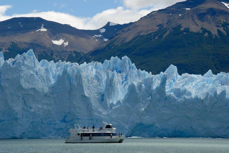 Navio da excursão perto da geleira de Perito Moreno fotos de stock
