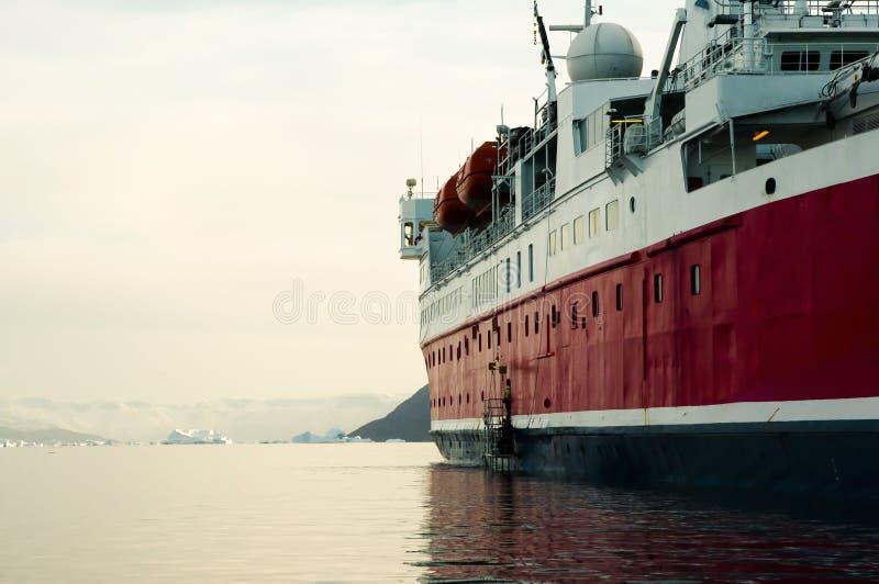 Navio da expedição - som de Scoresby - Gronelândia fotos de stock royalty free