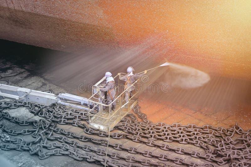 Navio da lavagem do trabalhador do estaleiro pela alta pressão da água do jato imagem de stock royalty free