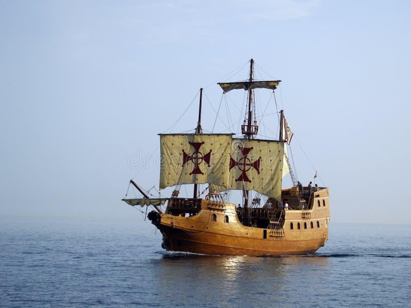 Navio de batalha velho no mar imagens de stock