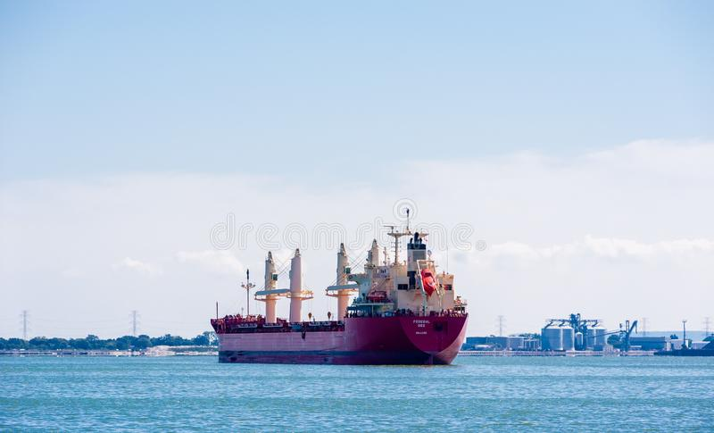 Navio de carga ancorado na baía perto da área industrial em Hamilton, Ontário, Canadá fotografia de stock royalty free