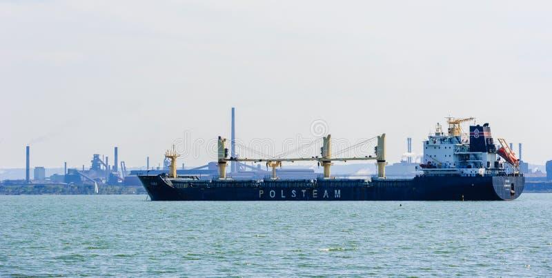 Navio de carga ancorado na baía perto da área industrial em Hamilton, Ontário, Canadá imagens de stock