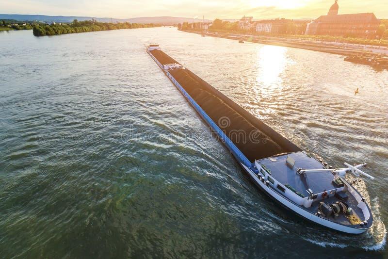 Navio de carga com carga do volume de carvão no Reno do rio em Mainz, germe imagens de stock