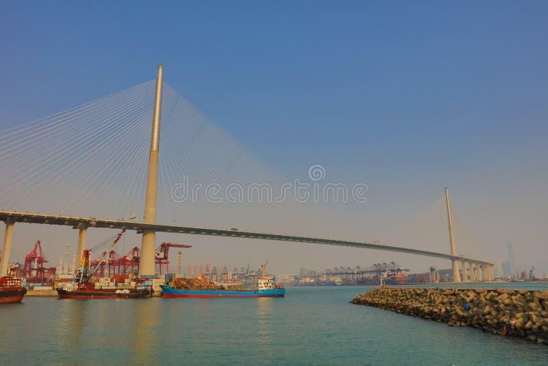 Navio de carga com ponte dos Stonecutters imagens de stock